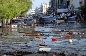 Gelombang Tsunami menyapu hingga ke tengah kota Banda Aceh (taken from google)